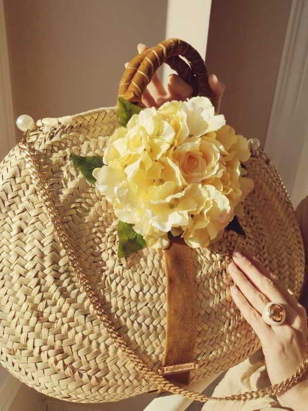 Capazo pequeño con flor amarilla